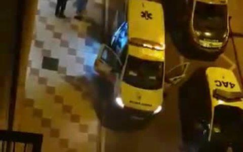 Llora delante de la policía porque su novio la ha echado de casa, y resulta que la historia real es MUY diferente a lo que se imaginaban (Coronavirus inside)