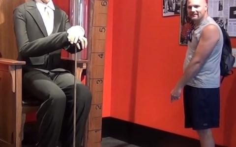 """En el museo Ripley's Believe it or not (""""Lo creas o no"""") de Maryland, tienen una figura a tamaño real del hombre más alto que jamás ha existido, para que puedas sentirte enano a su lado."""