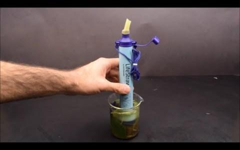 Viendo por microscopio los microbios y bacterias que hay en el agua antes y después de ser filtrada por un filtro de supervivencia