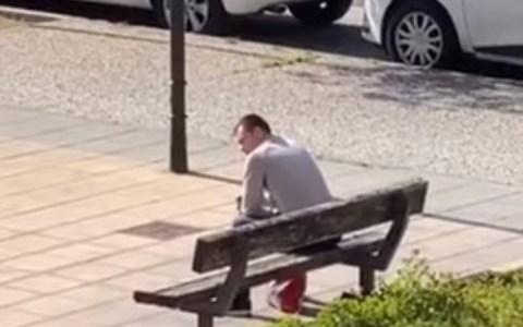 """Una loca grita desde su ventana a un hombre que está tomándose una cerveza en un banco: """"Este móvil es bueno, es el último de aifon, te estoy grabando hasta la cara"""""""