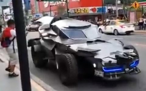Batman trisómico patruya las calles de Monterrey