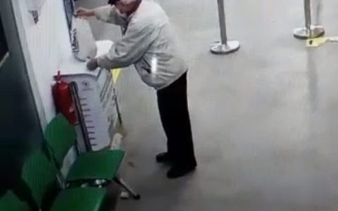 El señor solo quería desinfectarse las manos... :c