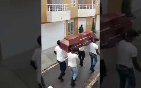 La policía nacional de Colombia sabe cómo disuadir a sus vecinos de salir a la calle