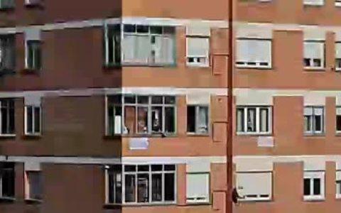 Todos los que vivimos en urbanizaciones de pisos tenemos a alguna vecina pirada poniendo música a las 8 de la tarde. Pero la de mi barrio ha ido más allá, y hace preshow desde las 6