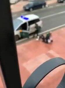 Un agente de la Guardia Civil detiene y reduce a un sospechoso.