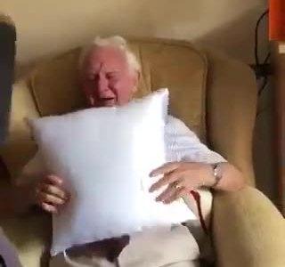 Todas las noches dormía con la foto de su mujer, una enfermera se fijó, y le hizo este regalo