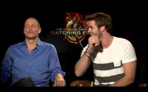 Woody Harrelson se da cuenta en medio de una entrevista, de que Chris Hemsworth (Thor) y Liam Hemsworth son hermanos