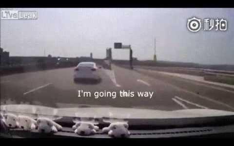 Cuando un coche intenta bloquearte y no te deja pasar