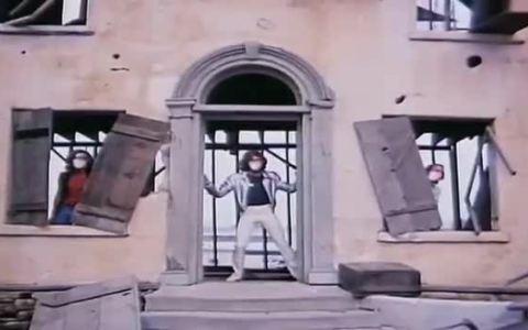 """El videoclip de Stayin' Alive de Bee Gees, actualizado con las nuevas medidas para """"stayin' alive""""."""