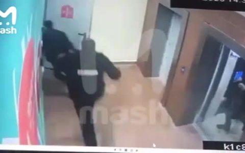 Ladrones retardeds intentan fugarse de la policía usando el ascensor