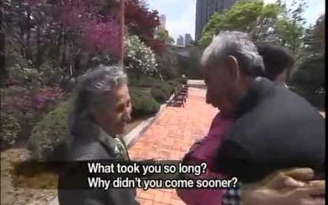 Un militar turco que durante la guerra de Corea salvó, adoptó durante un tiempo, y puso nombre a una niña coreana (Ayla), se reúne con ella 65 años después