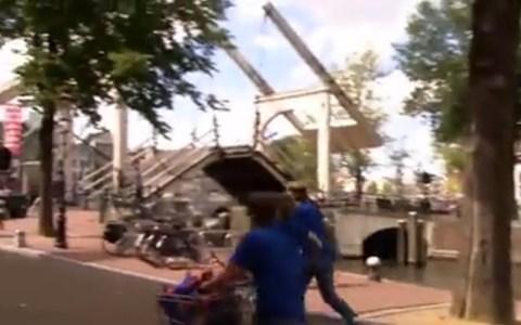 Pelea de pistolas de agua improvisada en un puente levadizo