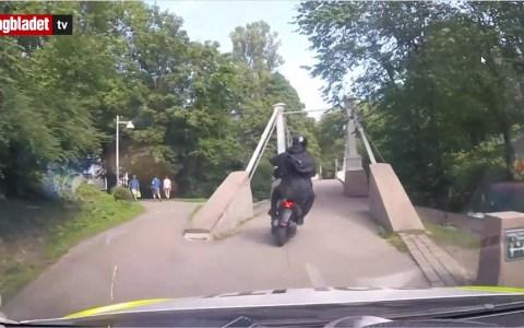 Dos policías noruegos muy motivados persiguen a dos delincuentes que escapan en una scooter