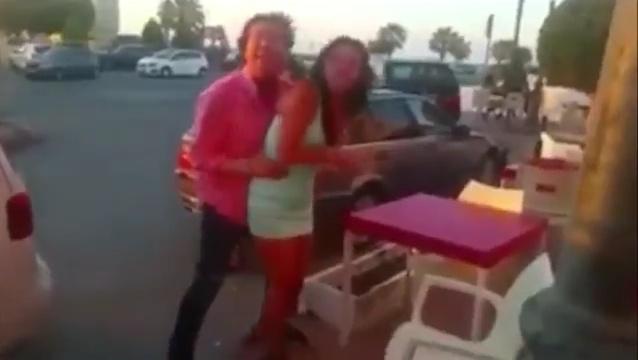 Pipi Estrada agarrando a una chica para que no se caiga