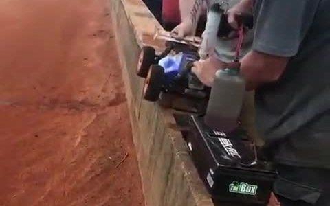 Parada en boxes de un coche radio control a gasolina para repostar