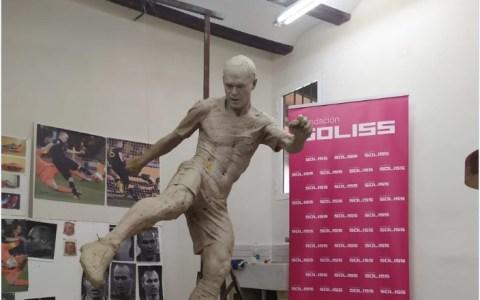 Finalmente la escultura de Iniesta recibe pantalones