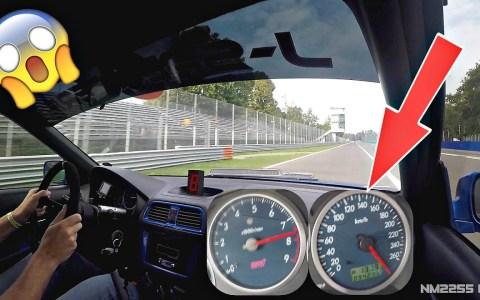 Un Subaru Impreza aligerado y muy potenciado violetando a varios porsches en circuito