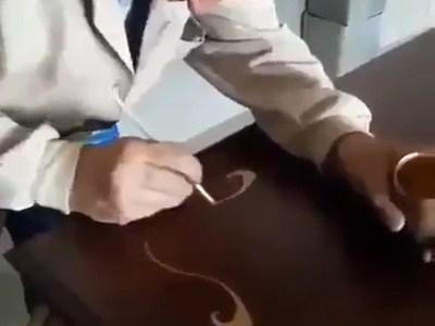 Dibujando ornamentos de oro a pulso