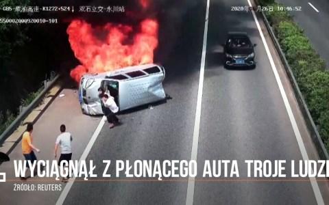 Un motorista se detiene tras ver volcar una monovolumen y salva la vida de sus ocupantes