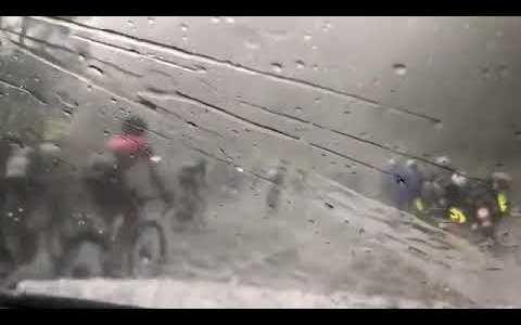 Cuando te pilla la granizada en plena vuelta ciclista