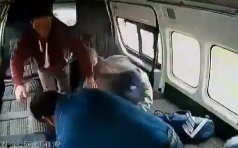 Pasajeros de un microbus mexicano revientan a puñacos a un ladrón que pretendía robarles.