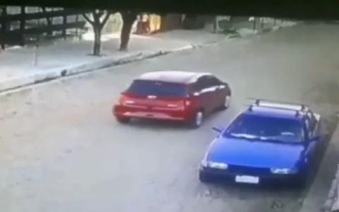 Dos ladrones asaltan un coche