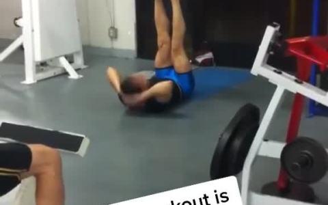 Así me imagino a Fernando Alonso en el gimnasio...