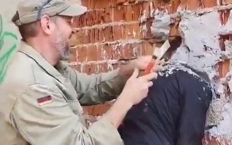 Un amable ciudadano ayuda a un señor ruso que se había bugueado