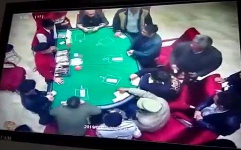 Nunca muerdas la mano que te da... las cartas.
