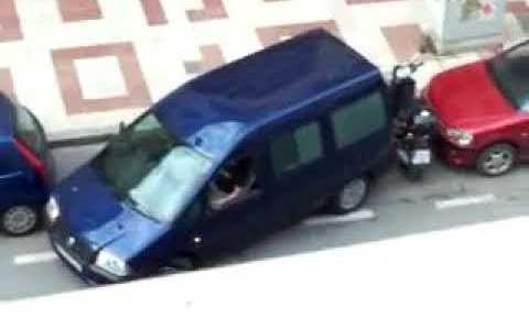 El hombre más optimista del mundo aparcando