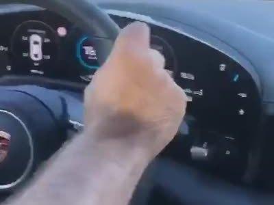 Un turco con nulas habilidades de conducción desgracia un Porsche Taycan