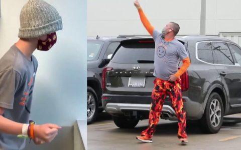 Todos los martes este padre baila para su hijo ingresado con cáncer desde el parking del hospital