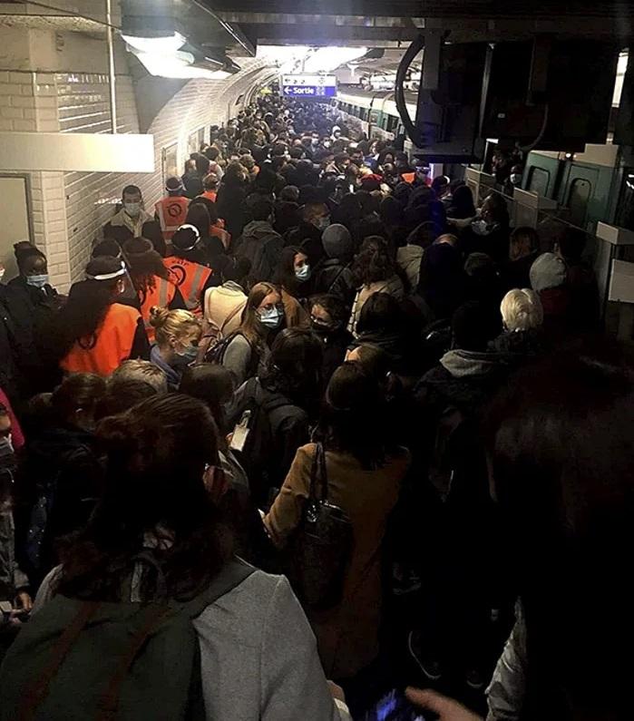 """Gobierno Francés: """"Cerramos los bares de París porque los jóvenes están esparciendo el virus en los bares"""""""