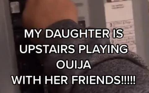 """""""Mi hija está haciendo la ouija con sus amigas en la planta de arriba"""""""