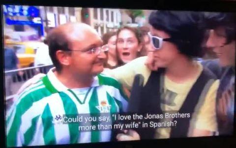 """""""¿Podrías decir que amas a los Jonas Brothers más que a tu mujer?"""""""