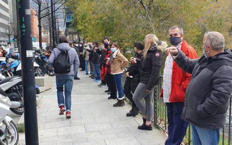 Concentración demigrante delante del Gobierno de Andorra para protestar por el cierre de los locales