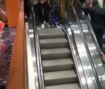 Gente estrenando la primera escalera mecánica de Camerún
