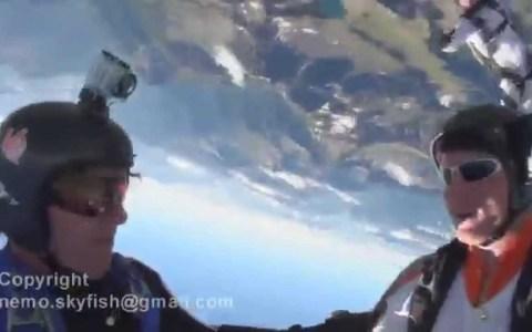 Se duerme en los laureles y abre el paracaídas justo a tiempo para no amochar contra una montaña