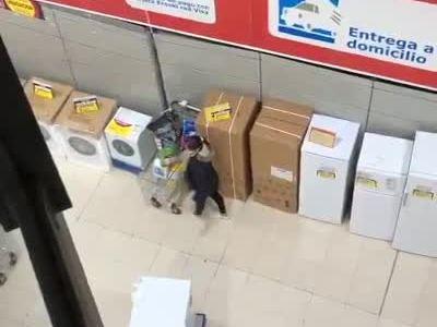 Aquí podemos ver a dos amables ciudadanos donando dos patas de jamón