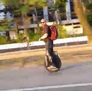Este hombre nos va a demostrar que ir a 8500km/h con un monociclo eléctrico... no es una buena idea