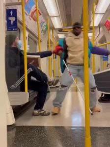La broma del ciego que se cae en el metro, pero que no es ciego, y no se cae