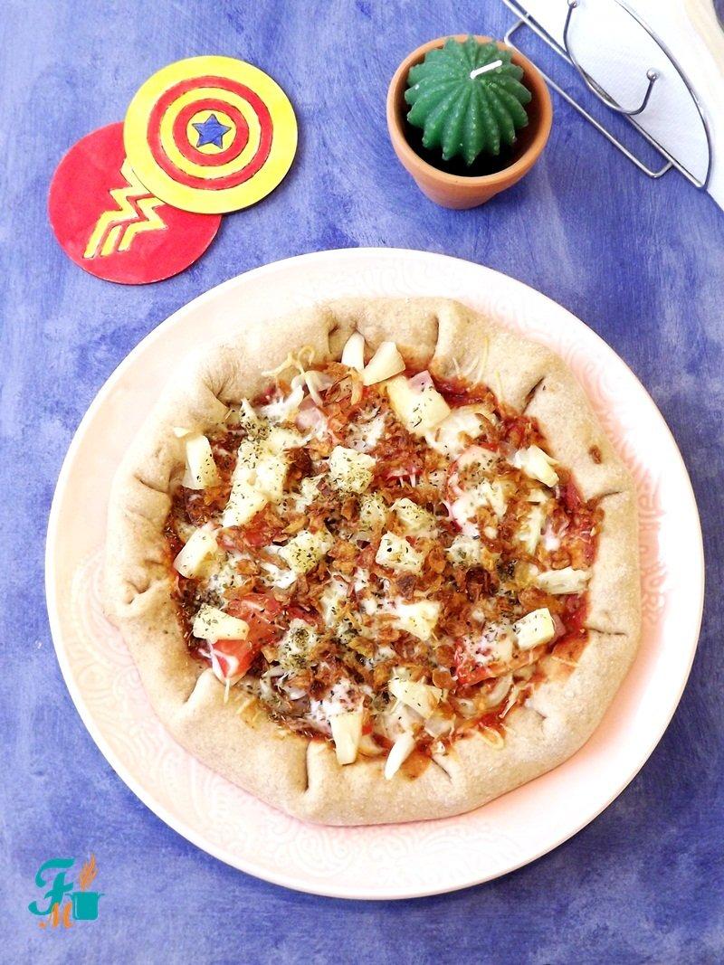 sajttal_virslivel_töltött_pizza