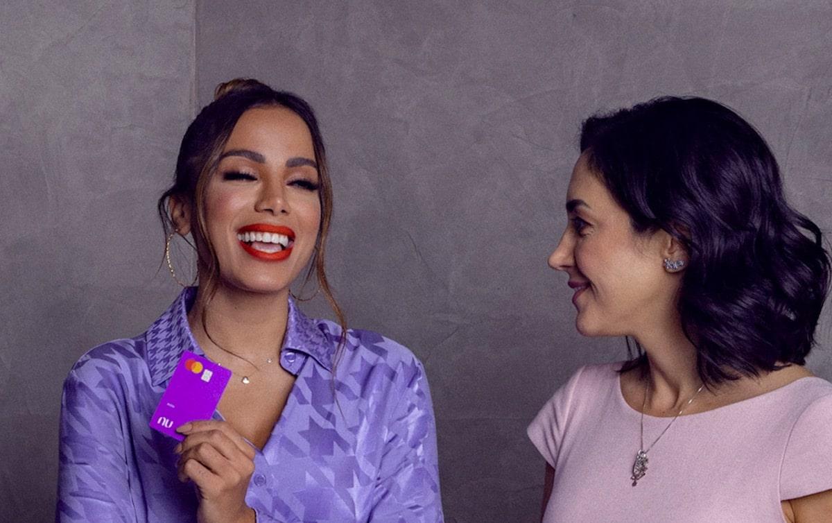 Nubank associa marca à Anitta para reforçar preocupação com diversidade, enquanto busca profissionais no exterior; cantora terá direito à RSU