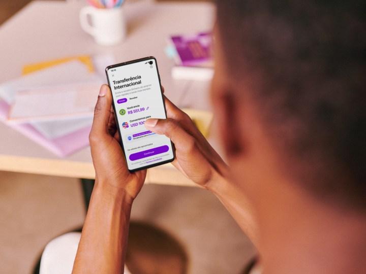 Nubank entra na briga por transferências internacionais em parceria com a Remessa Online