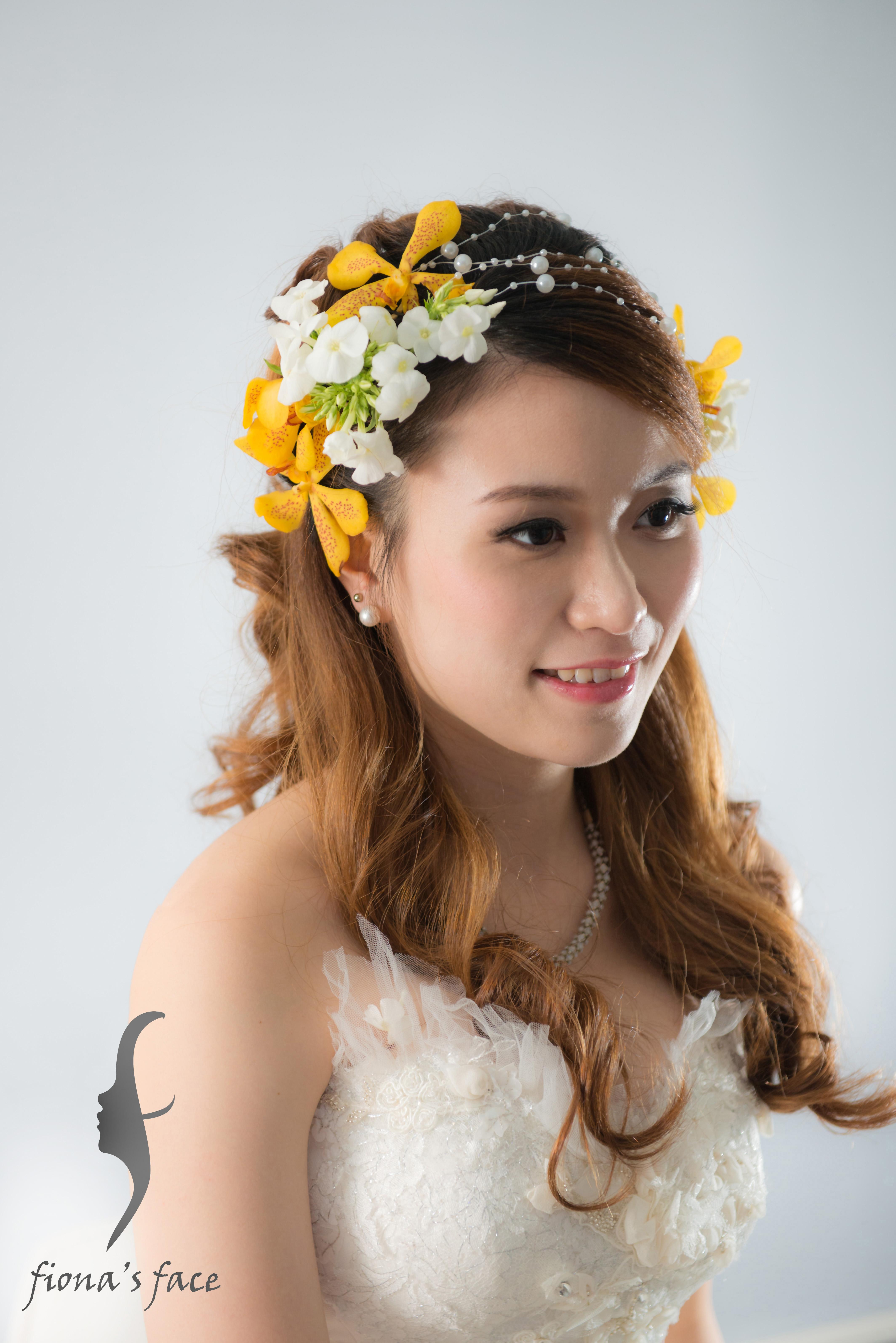 Nude & natural makeup Romantic long hairstyle with braids & tiny flowers 自然的妝容 黃色胡姬小花襯托織辮搭配披散浪漫大卷曲髮造型 是眾多新娘子喜愛的粉嫩形象