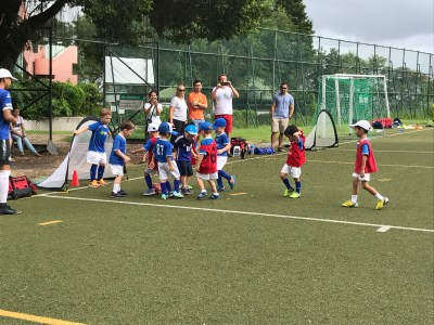 The 3 to 5 years old kids really plays the football well!!