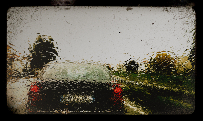 Car behind rainy windscreen, auto vista da parabrezza bagnato