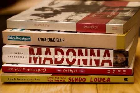 Coisas aleatórias pilha de livros