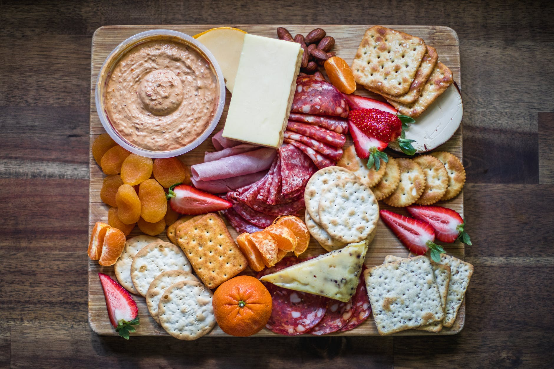 crackers cheese and fruits