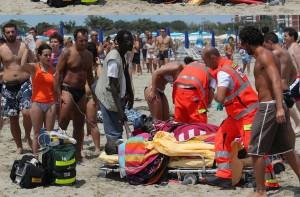 Salva il figlio in mare poi muore per un malore